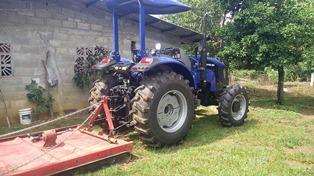 Traktor mit Pflug für die Plantagen